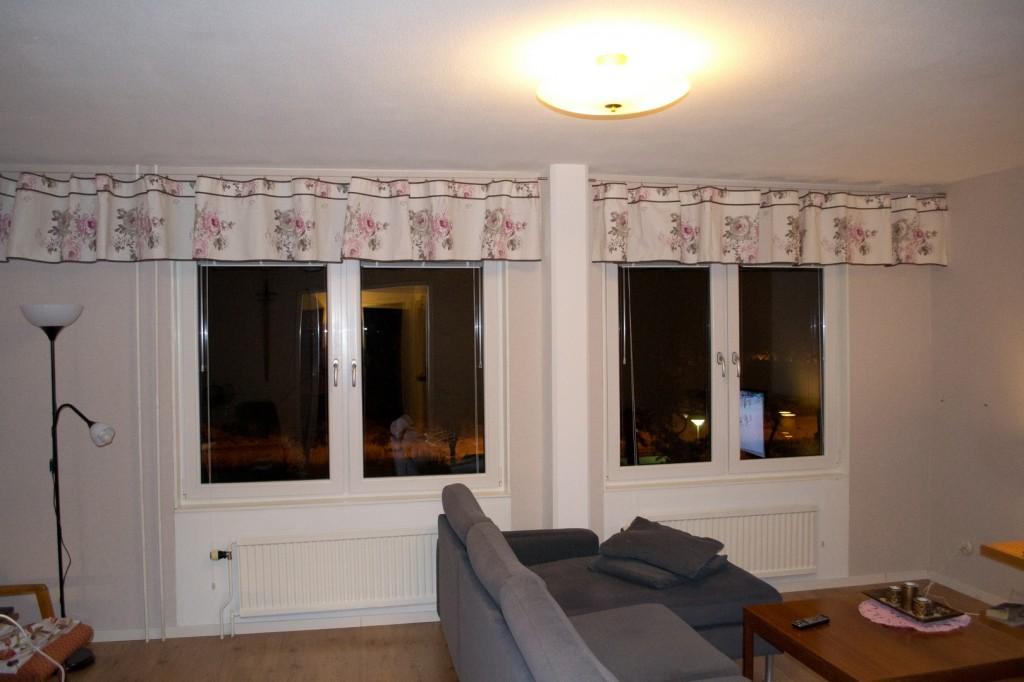 Mitt vardagsrum med gardiner